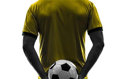 背中にサッカーボール